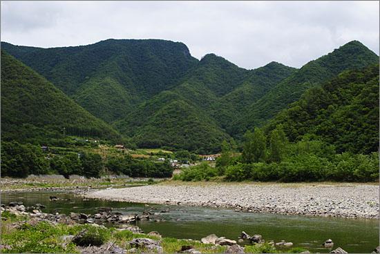 동강. 멀리 산 아래로 문희마을이 자리를 잡고 있는 모습이 보인다.