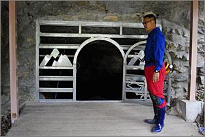 백룡동굴 입구 문을 열고 있는 이돈근 '동굴 큐레이터'. 그는 사람들이 자신을 단순한 가이드가 아닌 동굴 큐레이터로 불러주기를 원했다. 그만큼 자부심도 강했다.