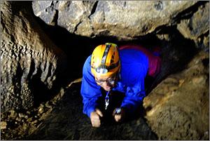 일명 '개구멍'으로 불리는 좁은 공간을 낮은 포복으로 통과하고 있는 이돈근 동굴 큐레이터.
