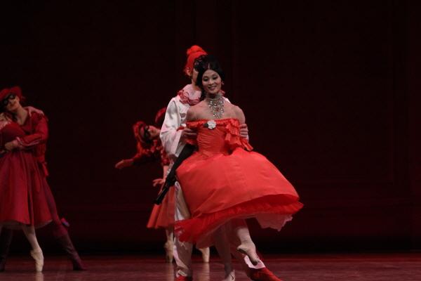 강수진의 발레에서는 테크닉을 초월한 '자연스러움'과 '자유스러움'이 묻어나온다. 15일 공연된 발레 '까멜리아 레이디' 중.