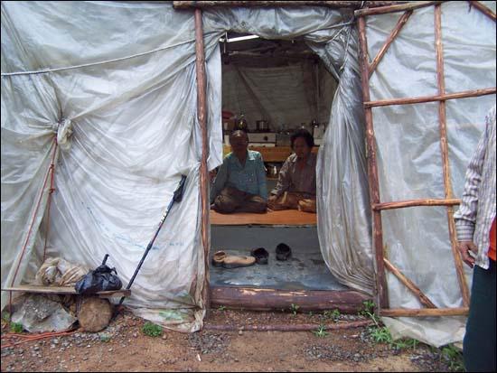 움막에 앉아 있는 80대 노인들 127번 송전탑 자리 움막에서 밤을 보낼 노인들이 앉아 있다.