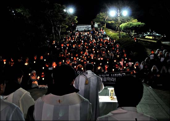 촛불을 밝혀든 미사 매주 금요일 영남루 아래서 송전탑 문제 해결을 위한 촛불 미사가 열리고 있다.