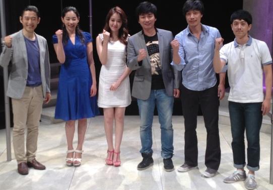 연극 <허탕>  연극 <허탕> 프레스콜, 기자간담회 후 배우들이 파이팅 포즈를 취하고 있다.