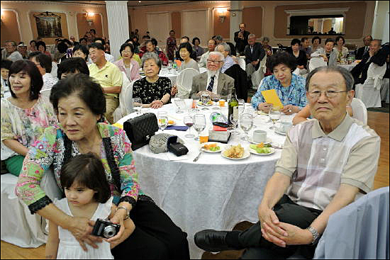 자신이 주선한 장례식(고별식) 연회장에 앉아 있는 이재락 박사. 맨 앞 오른쪽. 왼쪽 소녀를 안고 있는 분은 이 박사의 누님.