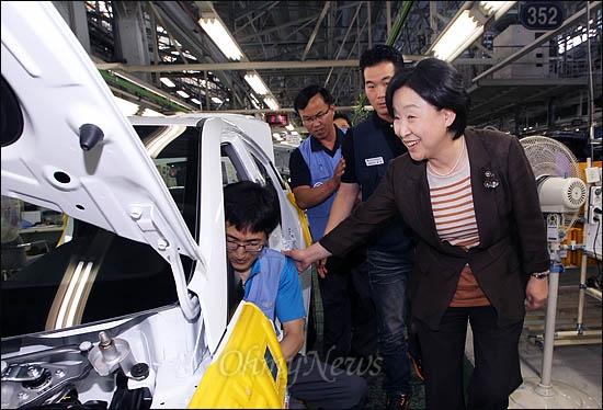 21일 울산 현대차 공장을 찾은 심상정 통합진보당 의원이 생산라인에서 일하고 있는 노동자들과 인사하며 자동차 제조과정을 살펴보고 있다.
