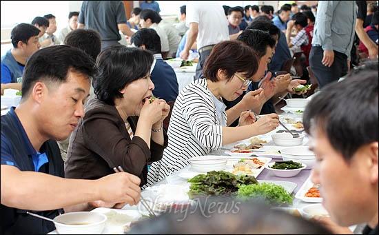 21일 울산 현대차 공장을 찾은 심상정 통합진보당 의원과 은수미 민주통합당 의원이 노조 조합원들과 구내식당에서 점심을 같이 들고 있다.