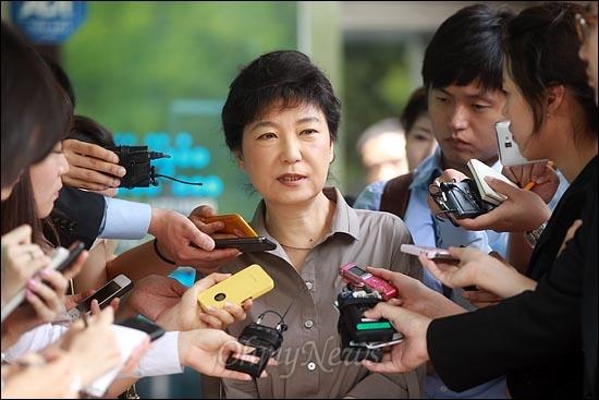 박근혜 새누리당 의원이 22일 낮 서울 노원구 서울시립북부장애인종합복지관에서 '약지(약속지킴이)25' 모임 의원들과 함께 점심 배식봉사를 마친 뒤 나오며 기자들의 질문에 답변하고 있다.