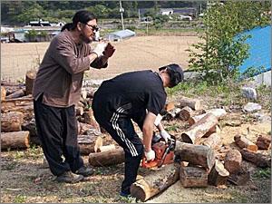 한 실습생에게 엔진톱 사용 방법을 가르쳐주고 있는 김동하 이장(사진 왼쪽).