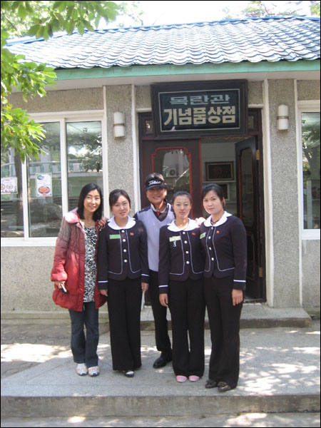함께 사진 찍기를 원했던 기념품상점 아가씨들.