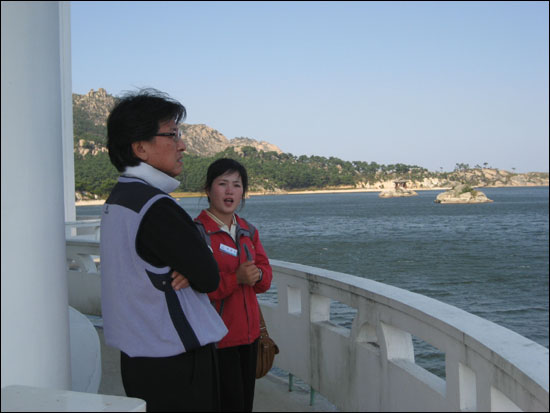 금강산 인근에 있는 삼일포에서 호수의 역사적 배경에 대해 열심히 설명하는 금강산 해설원 전은심.