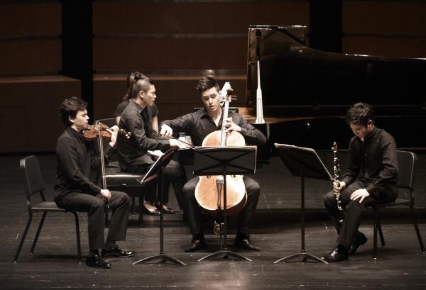 "2012 DITTO FESTIVAL-""NUOVO DITTO"" 두번째 무대인 'Different Ditto(6/23 토)'에서는 후앙 루오, 스티븐 라이히, 메시앙의 현대음악을 선보였다."