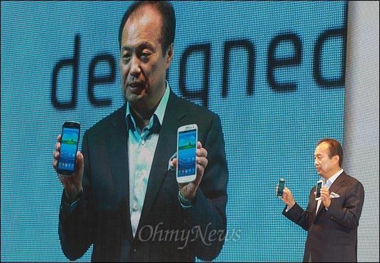 25일 오전 서초동 삼성전자 사옥에서 열린 '한국 갤럭시 S3 월드투어' 행사에서 IM담당/무선사업부장 신종균 사장이 갤럭시S3를 소개하고 있다.