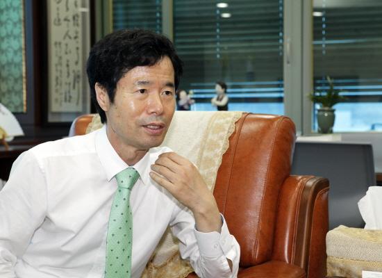 <오마이뉴스>와 인터뷰중인 김승환 교육감