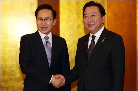 2012년 5월 13일 이명박 대통령과 노다 요시히코(野田佳彦) 일본 총리가 중국 베이징(北京)에서 열린 한일 정상회담에서 악수하고 있다.