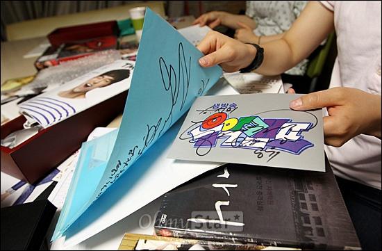 배우 공유의 팬클럽 회원들이 13일 저녁 서울 청담동 매니지먼트 숲에서 오마이스타와 만나 공유와 관련된 다양한 수집품과 사인을 보여주며 이야기꽃을 피우고 있다.