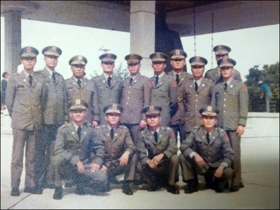 1978년 육군대학에서 교육을 받던 육사 25기 장교들. 앞 줄 왼쪽에서 첫번째 앉은 이가 강창희 소령, 두번째가 김오랑 소령.