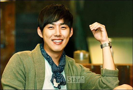 KBS2 월화드라마 <빅>에서 길충식 역의 배우 백성현이 26일 오후 서울 신사동의 한 카페에서 환하게 웃고 있다.