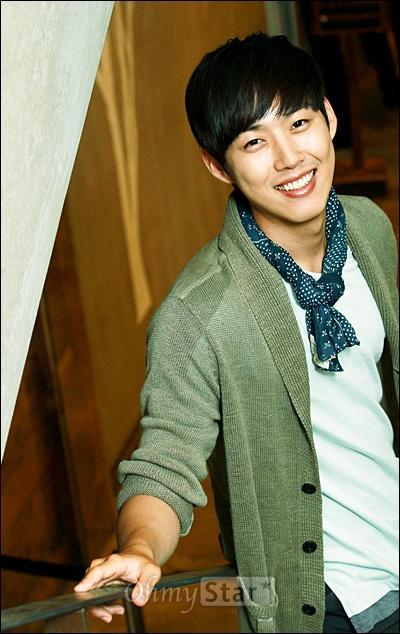 KBS2 월화드라마 <빅>에서 길충식 역의 배우 백성현이 26일 오후 서울 신사동의 한 카페에서 오마이스타와 인터뷰를 마친 뒤 미소를 짓고 있다.