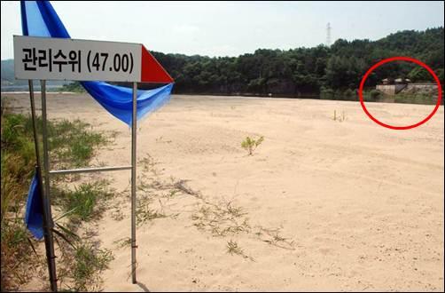 모래 때문에 물이 퍼져 홍수가 난다더니, 모래보다 2m나 더 높게 물을 채우겠다는 관리수위 표를 세워놓았습니다. 오른쪽 동그라미가 경천대에 있는 상도 촬영지입니다. 4대강사업 전후의 수위를 살펴보겠습니다.