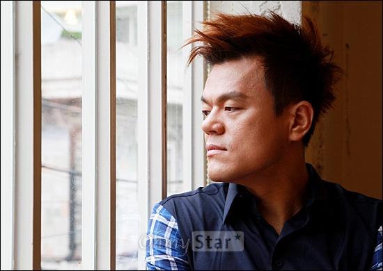영화<5백만불의 사나이>의 최영인 역의 가수이자 음악PD 박진영이 6일 오전 서울 팔판동의 한 카페에서 창 밖을 보며 생각에 잠겨 있다.