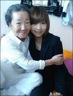그룹 2NE1의 멤버 공민지가 고 공옥진 여사의 친정 증손녀라는 사실도 잘 알려져 있다.