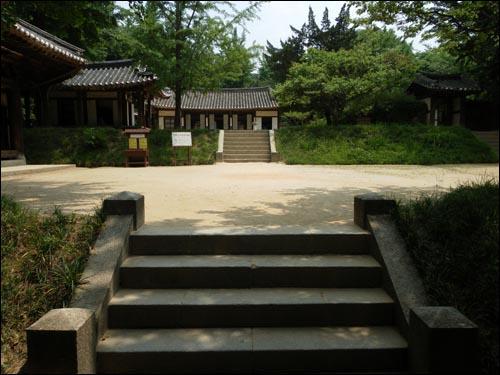 지방교육의 확산에 기여한 서원. 사진은 경기도 용인시 보라동 한국민속촌 구내에 있는 충현서원의 모습.