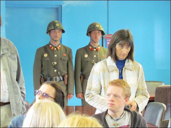 2011년 10월 판문점 방문 당시. 판문점의 북한 병사들.