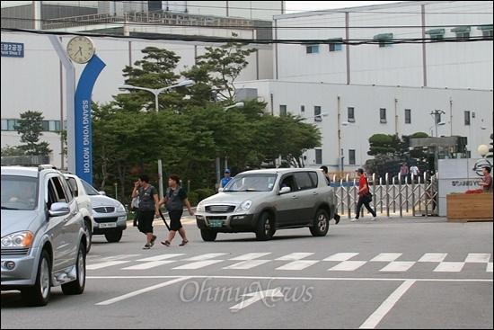 11일 오후 5시 40분, 경기도 평택시 쌍용자동차 정문으로 일과를 마친 노동자들이 퇴근하고 있다.