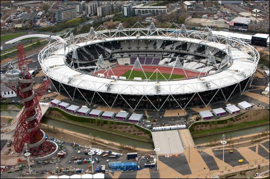 2012년 런던올림픽을 100일 앞둔 4월 18일 런던이 세계인을 맞을 준비를 하고 있다. 왼쪽에 런던올림픽 상징탑 오비트가 보이는 올림픽주경기장 항공사진.