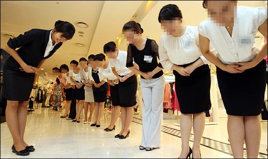 2008년 7월 22일 현대백화점 신촌점에서 여대생들이 '현대백화점 산학협력 서비스 아카데미' 교육을 받고 있다. '산학협력 서비스 아카데미'는 방학 중인 대학생을 대상으로 인사, 표정관리, 대화, 서비스 마인드 등을 교육하는 과정이다. 5일간 현대백화점 판매현장을 체험한 후 3급 서비스 인스트럭터 자격과 교양 2학점을 인정받는다. 성신여대, 서울여대 70명이 참가했다.