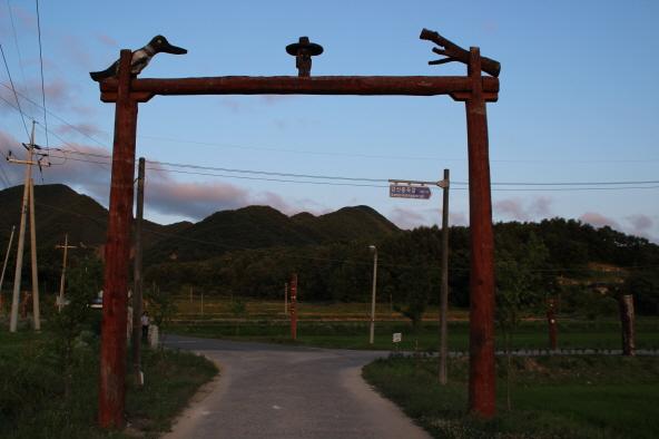 동학군의 넋을 위로하는 홍살문형 솟대