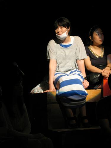 강연형식의 <미래 이야기>는 단원들이 청중 곳곳에 앉아 이야기를 하면서 진행되었다.