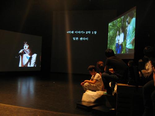 <미래 이야기> 2막 1장 '일본 센다이'가 재일조선인 임경희씨의 설명과 함께 소개되고 있다.