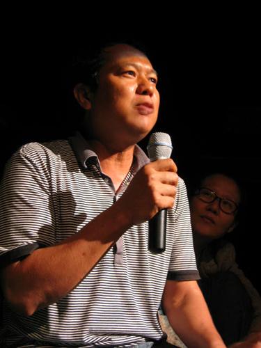 제14회 서울변방연극제의 일환으로 열린 극단 샐러드의 <미래 이야기>에서 태국 메솟지역 버마 난민 어린이들을 위한 활동을 하고 있는 비영리시민단체 '따비에(Thabyae)의 대표인 마웅저씨가 메솟지역과 한국의 난민상황에 대해 설명하고 있다.