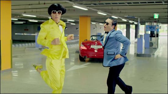 싸이의 '강남스타일' 뮤직비디오에 MBC '무한도전'으로 인연을 맺은 유재석이 카메오로 출연해 싸이와 댄스 배틀을 벌였다.