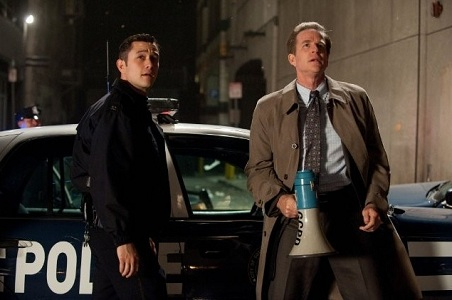 고담 경찰인 존 블레이크(왼쪽)와 닉슨. 존은 나중에 자신의 이름을 로빈으로 바꾼다. 로빈과 셀리나 카일이 주축이 되어 브루스도 살아돌아오는, 새로운 배트맨 시리즈는 곤란할까.