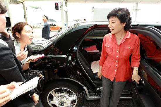 20일 낮 인천공항에서 런던올림픽 선수단을 환송한 뒤 승용차에 오르려던 박근혜 새누리당 의원이 대선출마 의지를 강하게 밝힌 '안철수의 생각' 출간에 대해 기자들의 질문을 받고 있다.