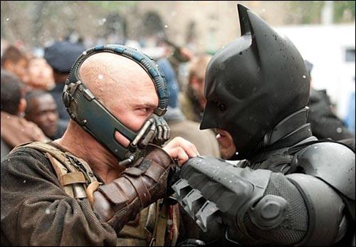 영화 <다크 나이트 라이즈>의 주인공 배트맨과 악당 베인