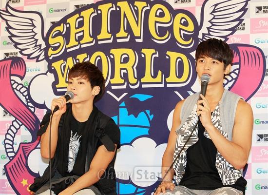 컨템퍼러리 밴드 샤이니의 두 번째 단독콘서트 < SHINee WORLD 2 > in SEOUL이 21, 22일 서울 올림픽공원 체조경기장에서 열렸다. 22일 오후 올림픽공원에서 열린 기자간담회에서 민호(오른쪽)와 종현이 기자들의 질문에 답하고 있다.