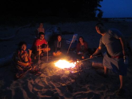 버팔로의 해변에서 마시멜로를 구워먹는 미국식 캠프파이어를 즐겼다.