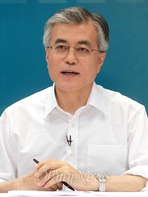 문재인 후보가 24일 오후 마포구 상암동 <오마이뉴스>에서 열린 '민주통합당 대선후보 예비경선 토론'에서 발언하고 있다.