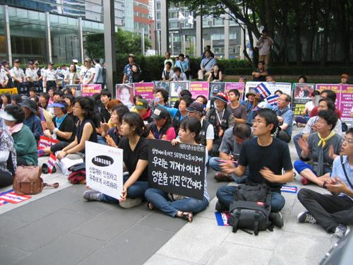 지난 23일 서초동 삼성본관 건물 앞에서 열린 고(故) 황민웅씨 7주기 추모제에는 많은 젊은이들과 철거민들을 포함한 시민들이 참석했다.