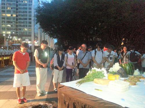지난 23일, 강남구 서초동 서초 삼성본관 건물 앞에서 열린 삼성전자 노동자 고(故) 황민웅씨 7주기 추모행사에서 참가자들이 헌화하고 묵념을 올리고 있다.