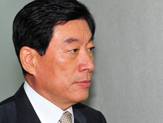 원세훈 국정원장이 26일 오전 국회 정보위 전체회의에 출석하기 위해 도착하고 있다.