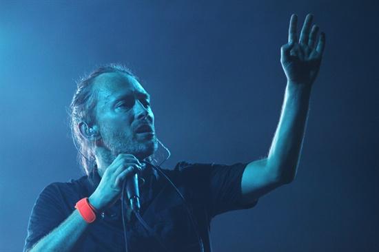 27일, '지산 밸리 록 페스티벌 2012' 첫날을 장식한 라디오헤드. 보컬 톰 요크가 반주에 맞춰 노래를 부르고 있다.
