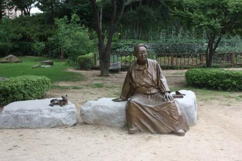 박경리 문학기념관  박경리 집터에 있는 동상