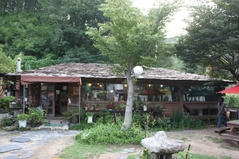 치악산 금대계곡 치악산 금대계곡 인근의 시골밥상집, 돌너와 지붕의 황토 집이 일품이다