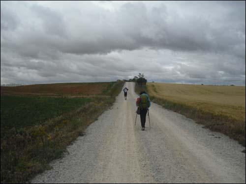 산티아고 순례길을 걷고 있는 사랑어린학교 아이들