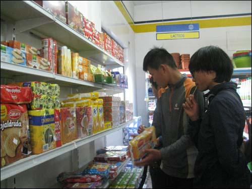 순례길 중간에서 쇼핑을 즐기고 있는 사랑어린 학교 아이들.
