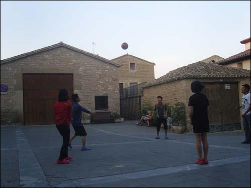 순례길에 익숙해져 가면서 아이들은 외국인과 숨바꼭질도 하고 공놀이도 했다고 합니다.